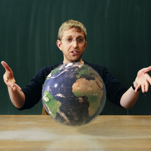 Florian Aigner mit Globus